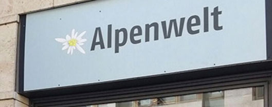 Hier sehen Sie ein Schild mit dem Text Alpenwelt